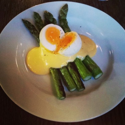 asparagas-hollondaise-soft-boiled-egg