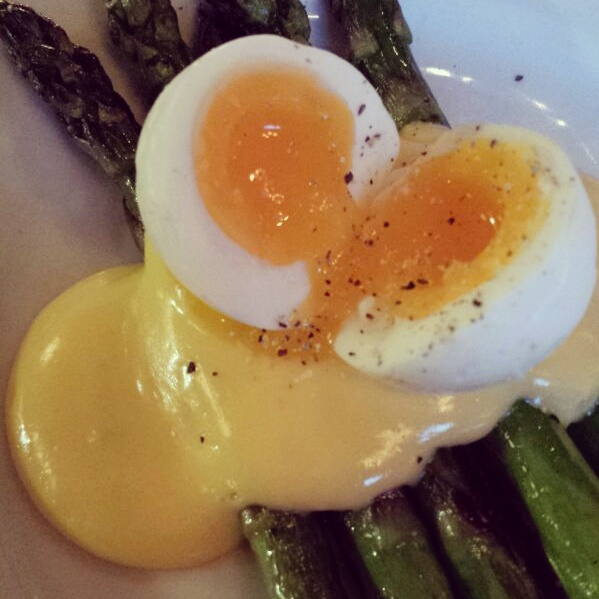 soft-boiled-egg-asparagas-hollandaise-sauce
