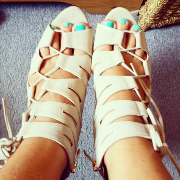 lace-up-heels-nude-aldo-blue-toenails