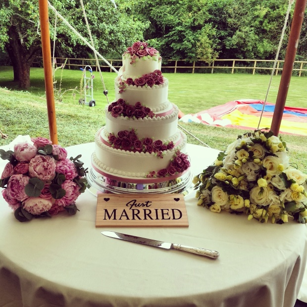 wedding-cake-just-married-sign-bouquets