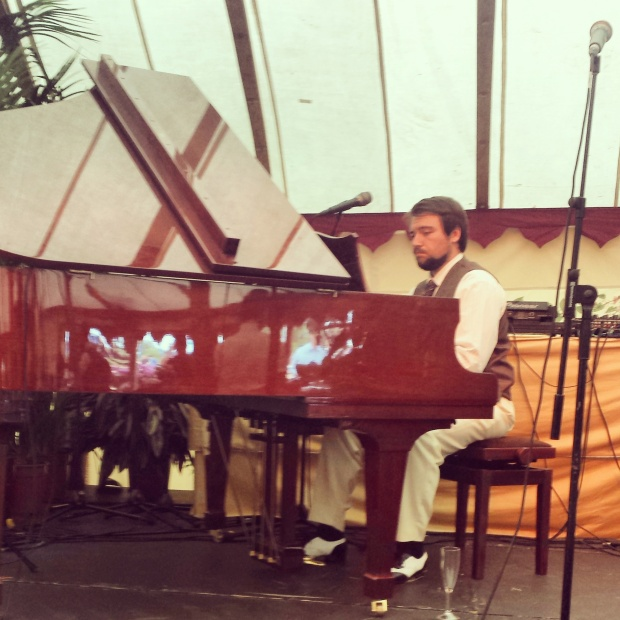 pianist-playing-in-the-laurent-perrier-orangerie